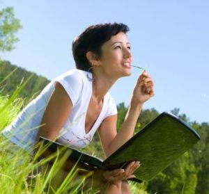 woman_writer_outside_laptop